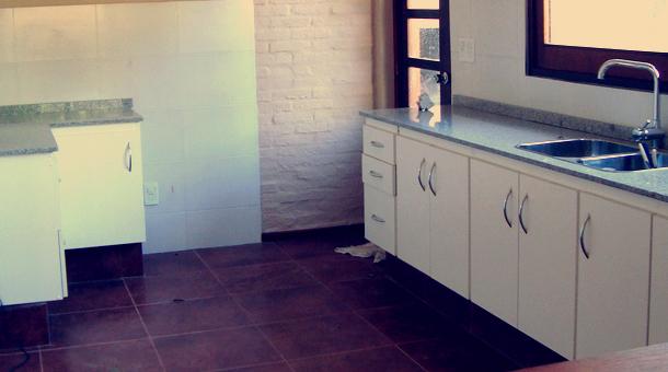 Mueble en MDF Melamínico  Color Blanco y Gris  Herraje Barra Acero